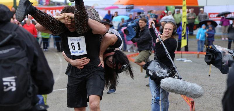 Sport strani Eccovi la corsa con la moglie in spalla