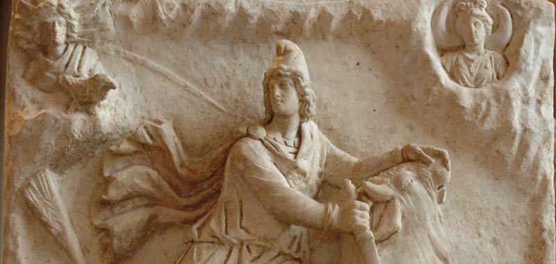 Mitra un Dio arma ed un copricapo religioso